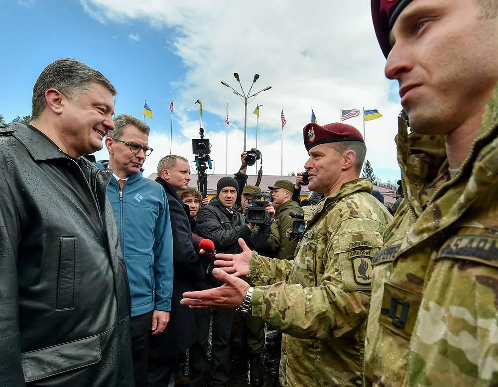 Президент Украины Петр Порошенко, посол США на Украине Джеффри Пайетт (слева направо) во время открытия украинско-американских командно-штабных учений Fearless Guardian 2015