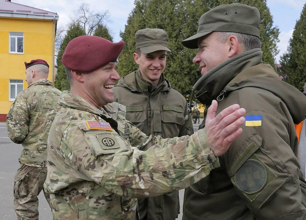 Американский и украинский военнослужащие во время открытия украинско-американских командно-штабных учений Fearless Guardian 2015