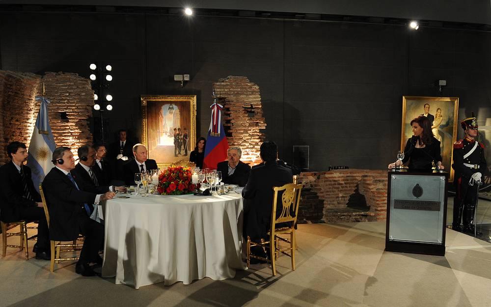 Президент РФ Владимир Путин и Кристина Фернандес де Киршнер во время официального обеда от имени президента Аргентины. Третий справа - президент Уругвая Хосе Мухика, второй слева - помощник президента РФ Юрий Ушаков, третий слева - министр иностранных дел РФ Сергей Лавров