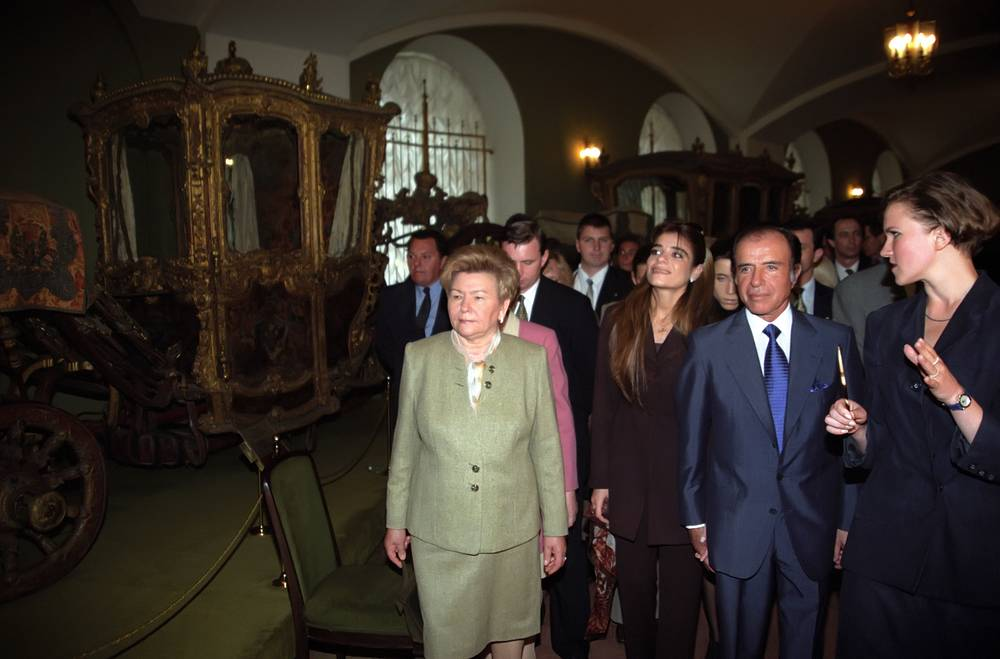 Супруга российского президента Наина Ельцина, дочь президента Аргентины Сулема Менем и президент Аргентины Карлос Менем во время осмотра Оружейной палаты Московского Кремля, 1998 год