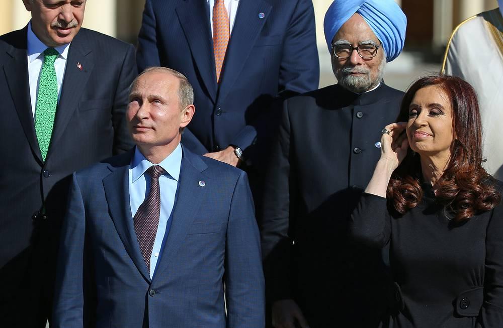 Президент РФ Владимир Путин, президент Аргентины Кристина Фернандес де Киршнер, премьер-министр Турции Реджеп Тайип Эрдоган (на втором плане слева) и премьер-министр Индии Манмохан Сингх (на втором плане справа) во время церемонии совместного фотографирования сучастниками саммита G20 в Санкт-Петербурге, 2013 год