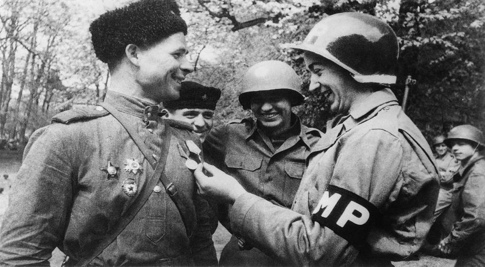 Первая встреча состоялась, когда американский патруль под командованием первого лейтенанта Альберта Коцебу пересек Эльбу