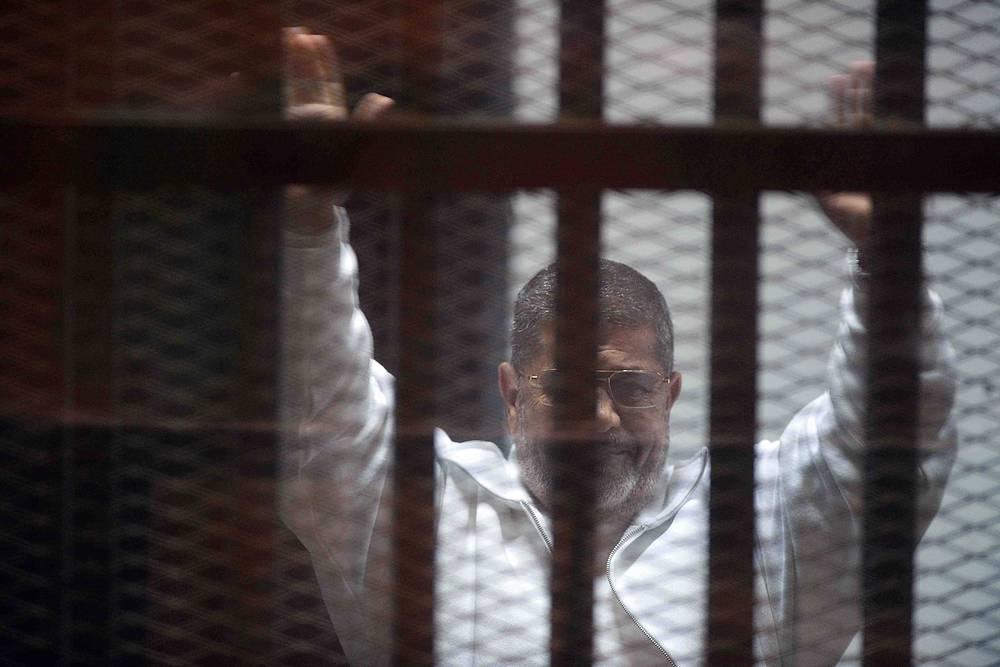"""21 апреля уголовный суд Каира приговорил бывшего президента Египта Мухаммеда Мурси и еще 12 лидеров """"Братьев-мусульман"""" к 20 годам тюрьмы строгого режима по делу о провокации насилия у президентского дворца """"Аль-Иттихадия"""" в конце 2012 года. По официальным данным, тогда погибли 10 и пострадали свыше 700 человек. Оппозиционные активисты говорили о гибели более 20 египтян"""