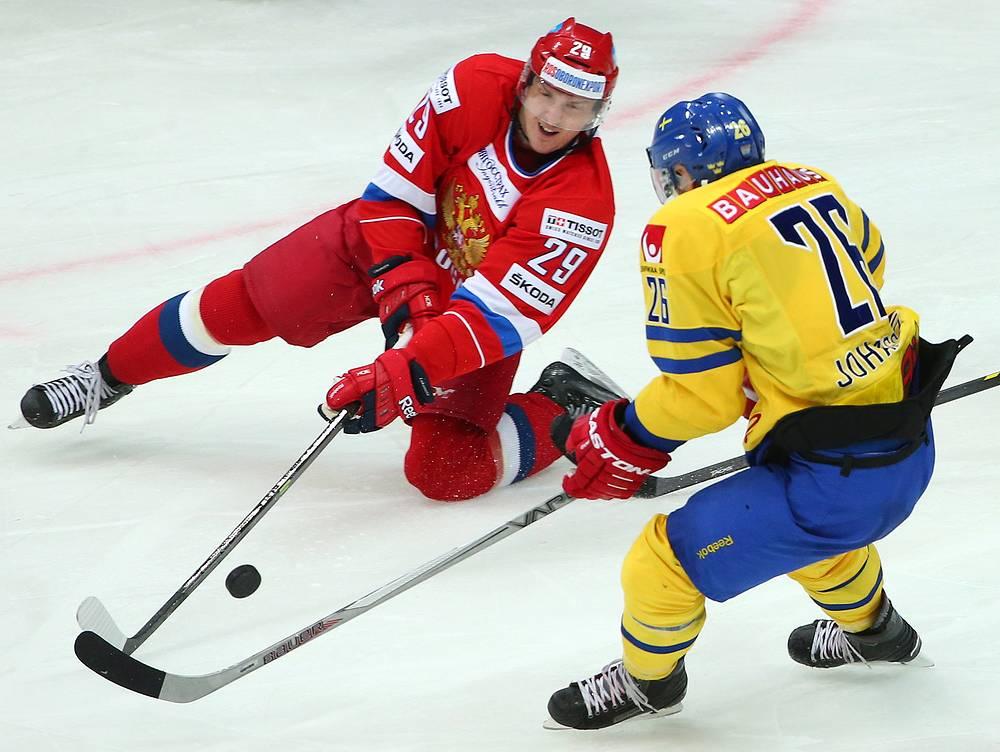 Игроки сборной России Егор Аверин и сборной Швеции Мартин Юханссон