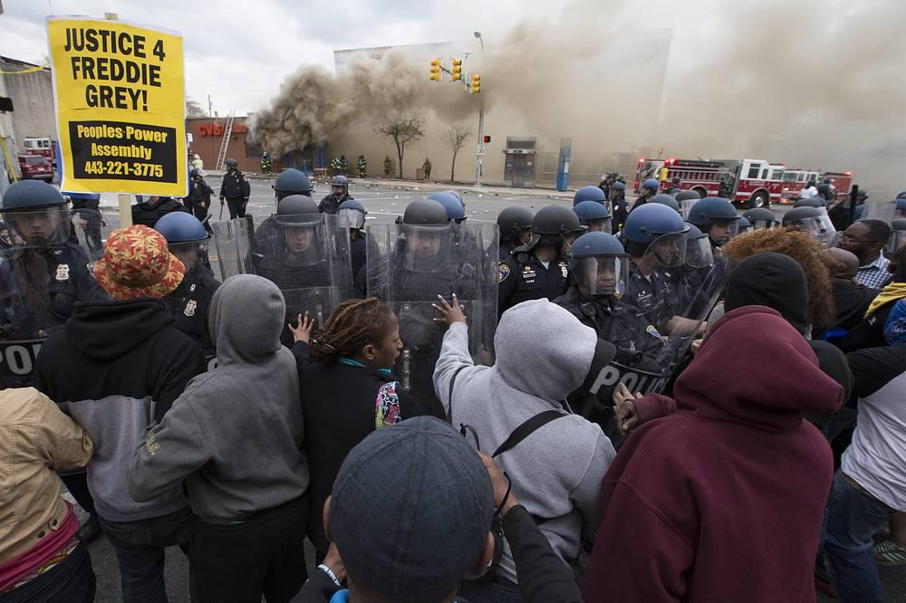 Начальник полицейского управления Балтимора Кевин Дэвис признал, что его подчиненные допустили непростительную ошибку, не оказав своевременную помощь пострадавшему. На фото: последствия столкновений участников протестов с силами правопорядка