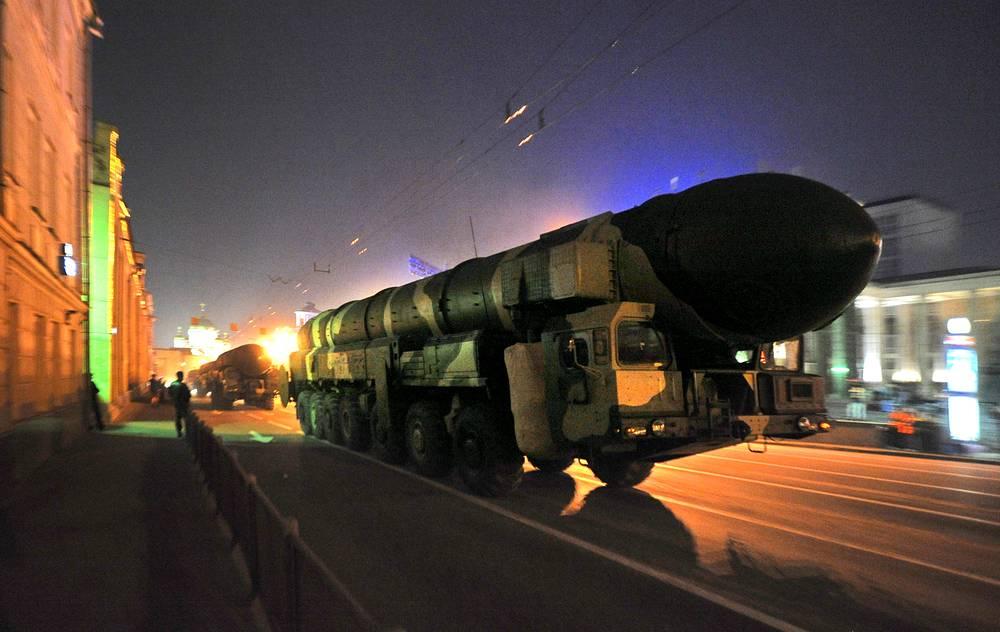 """Подвижной ракетный комплекс """"Тополь-М"""" на репетиции военного парада, посвященного Дню Победы, 2009 г."""