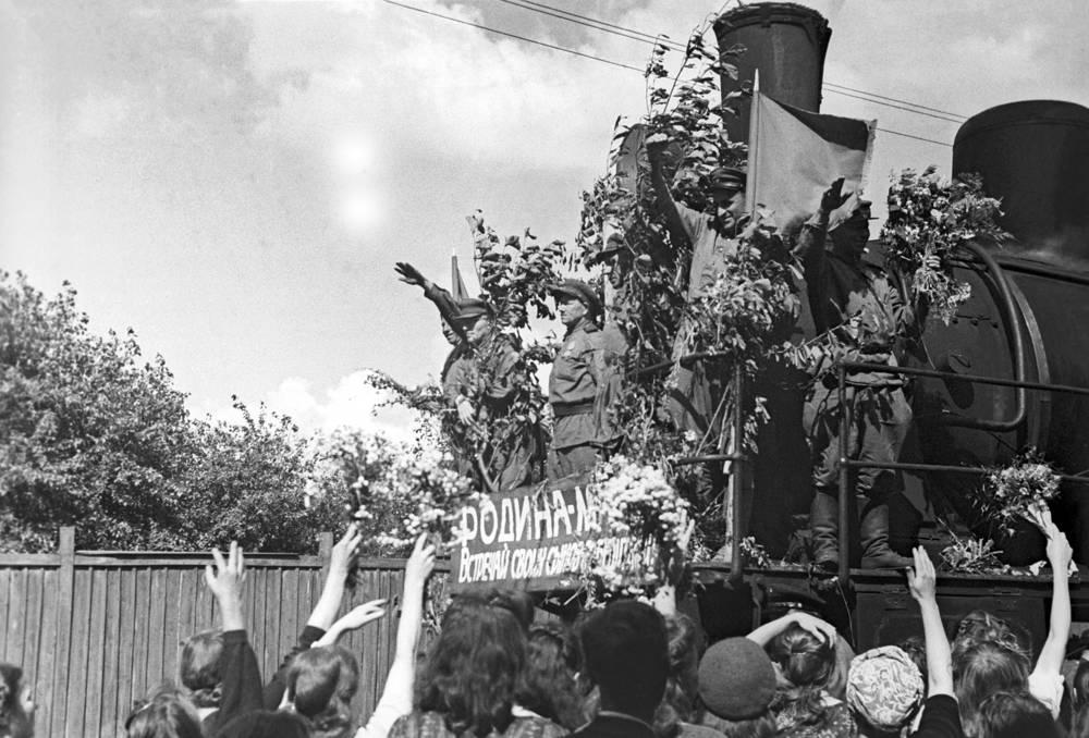 Встреча воинов-победителей на Белорусском вокзале, Москва, 1945 год