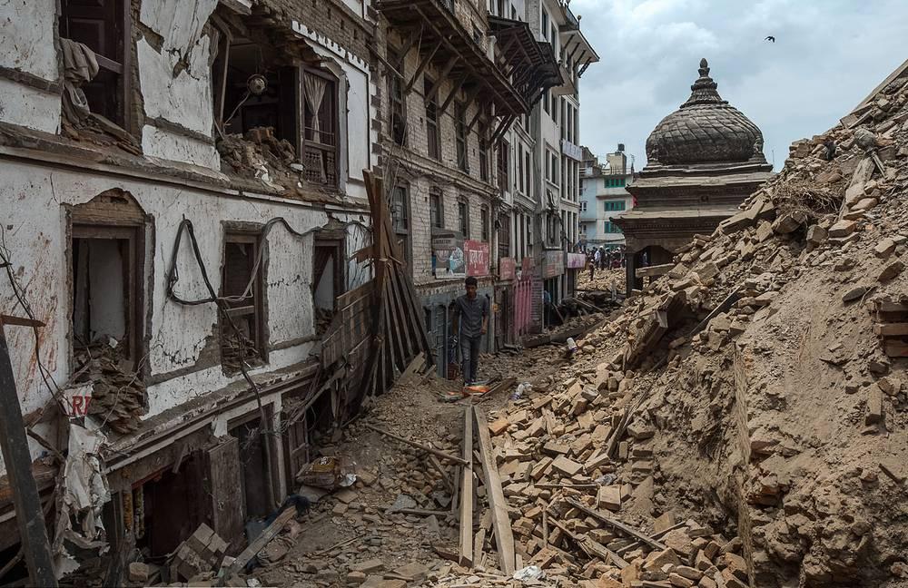 Развалины пагоды на площади Дурбар в Катманду. Вид со стороны дворца богини Кумари