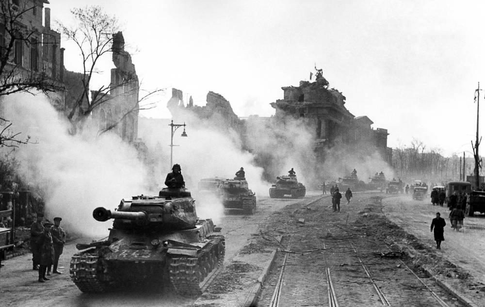 Советские танки у Бранденбургских ворот