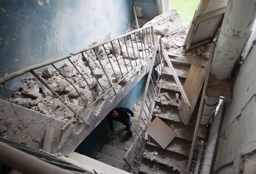 Последствия обстрела жилого дома в Киевском районе Донецка