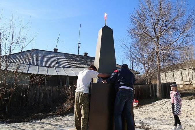Отреставрированный памятник советским солдатам в Миассе