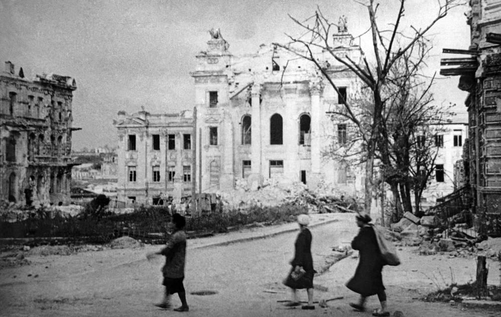 Здание Института физических методов лечения имени Сеченова, разрушенное немецкой армией, 1944 г