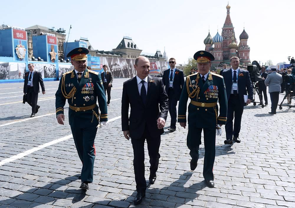 Министр обороны РФ Сергей Шойгу, президент России Владимир Путин и командующий сухопутными войсками России Олег Салюков после военного парада на Красной площади