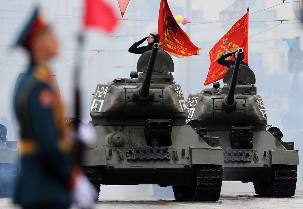 Танки Т-34-85 во время парада в Екатеринбурге