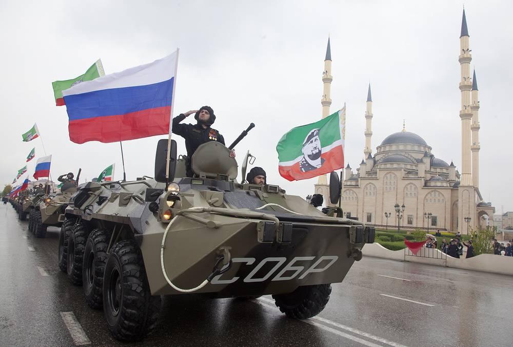 Военная техника во время военного парада в Грозном