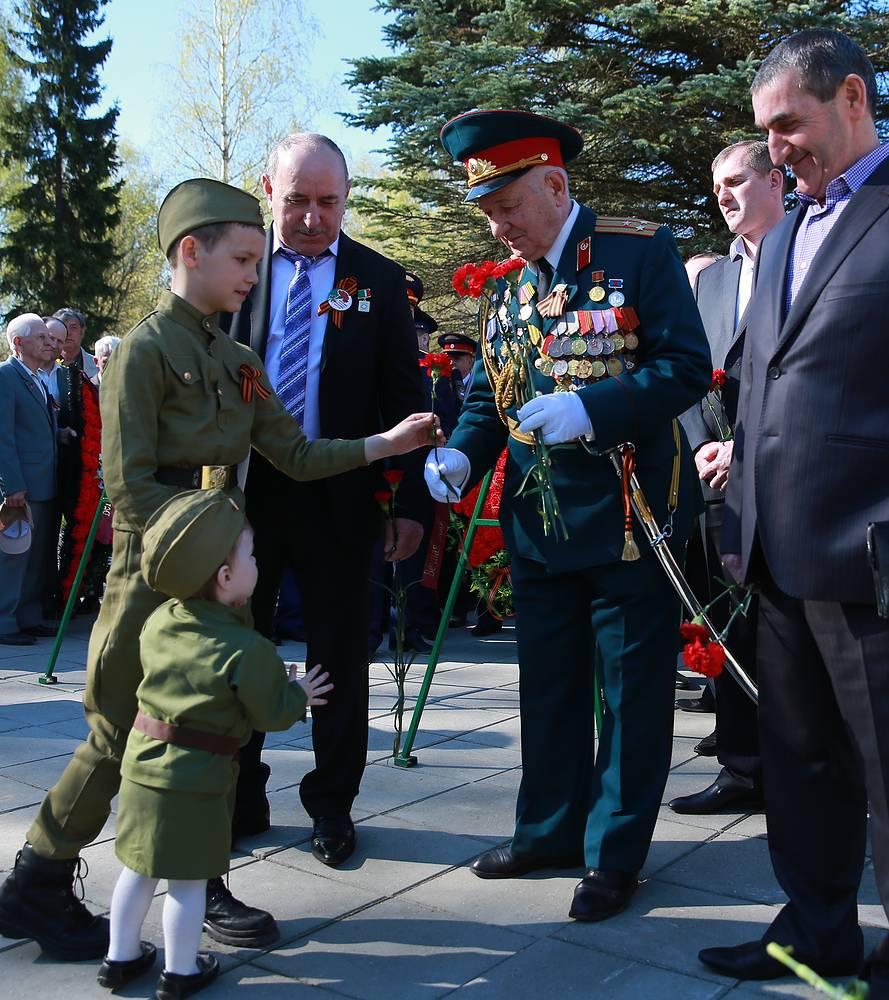 Дети поздравляют ветеранов во время празднования Дня Победы в Иваново