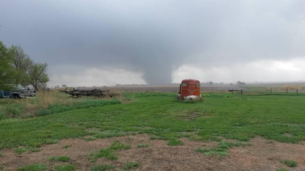В городе Делмонт, штат Южная Дакота, торнадо повредил несколько зданий.  Жителей города эвакуировали в связи с опасностью, которую представляли хранившиеся на складе баллоны со сжиженным газом. На фото: торнадо в штате Южная Дакота