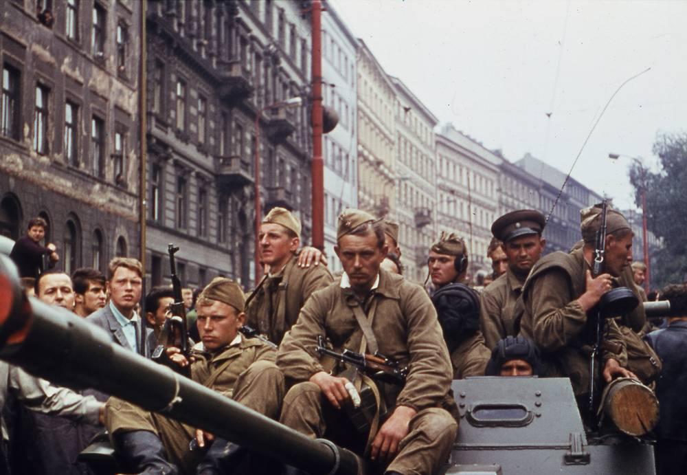 Целью Варшавского договора провозглашалось обеспечение безопасности стран - участниц. Организация являлась противовесом НАТО в Европе, но в то же время позволяла Москве контролировать социалистический лагерь. Именно под предлогом защиты идей социализма в августе 1968 года страны-участницы Варшавского договора ввели войска в Чехословакию, что положило конец Пражской весне. На фото: советские солдаты в Праге