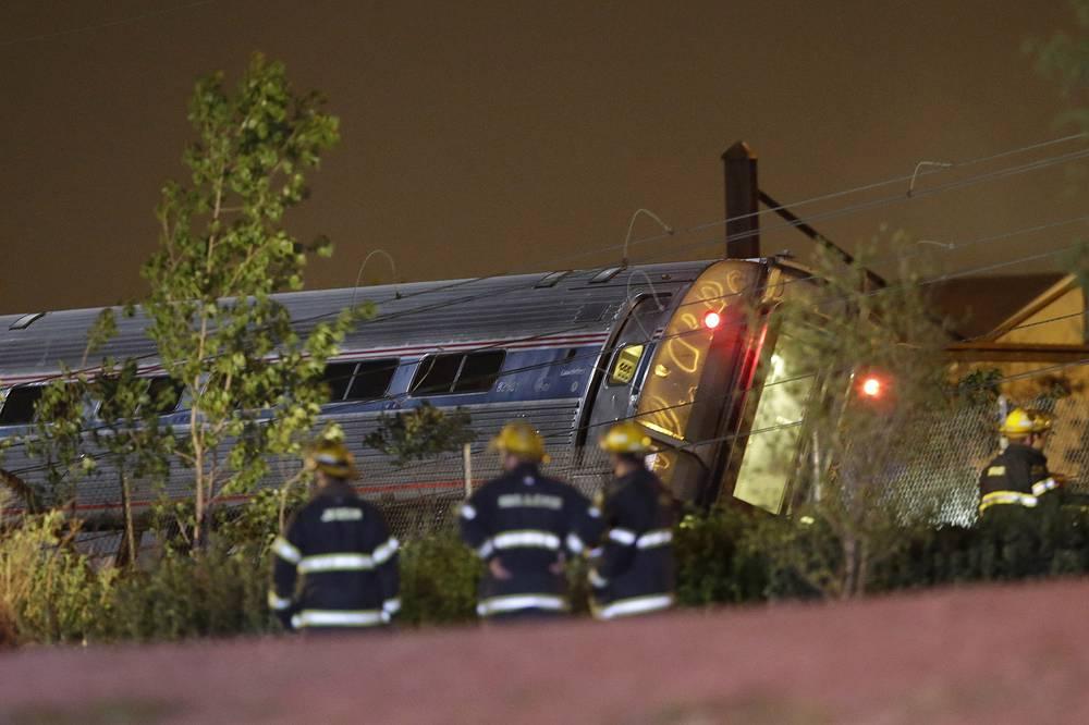 В местном управлении полиции сказали, что при осмотре места крушения поезда пока не найдено ничего подозрительного