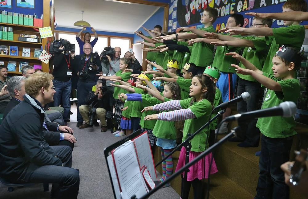 Школьники колледжа исполняют традиционную песню племени маори, остров Стюарт