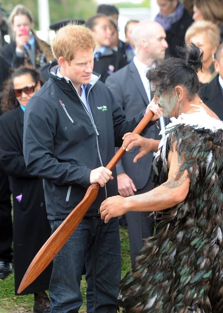 Принц Гарри во время инструктажа по управлению каноэ перед сплавом по реке Уонгануи