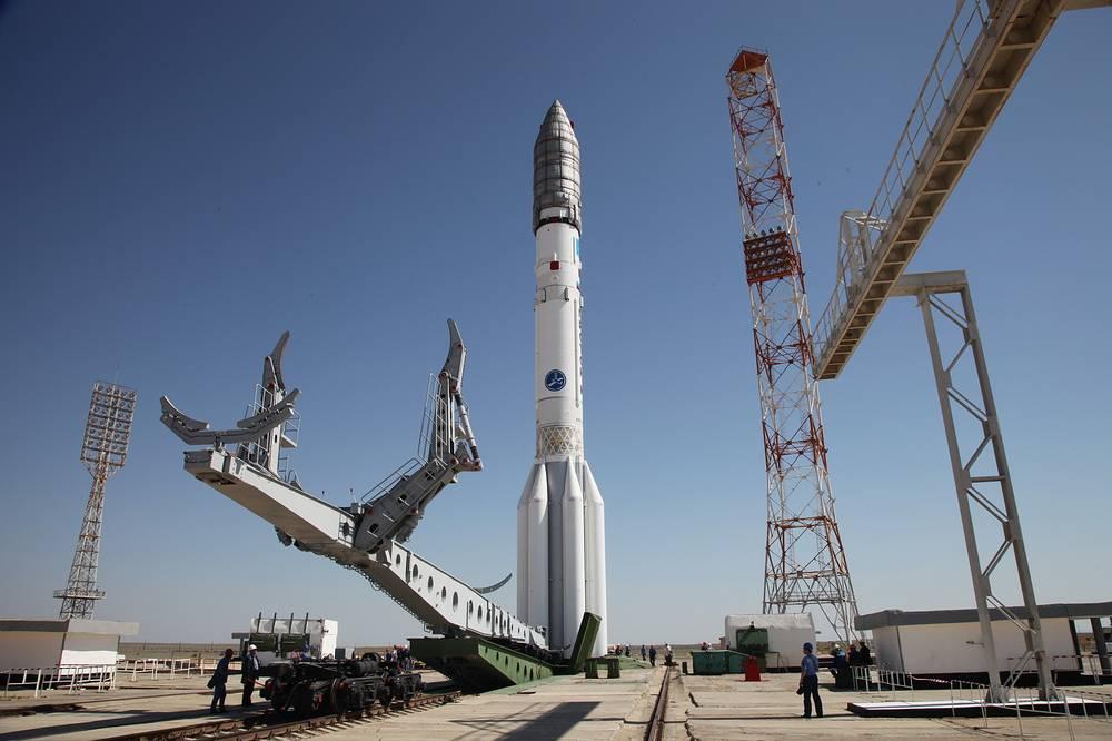 """Вывоз РН """"Протон-М"""" с РБ """"Бриз-М"""" и КА """"Экспресс-АМ4Р"""" на стартовый комплекс. Космодром Байконур"""