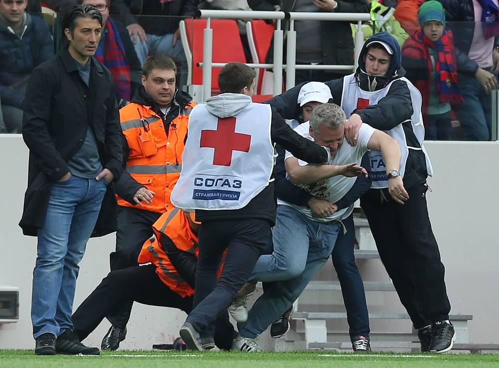 Во время матча на поле пытался прорваться болельщик, но служба охраны его остановила