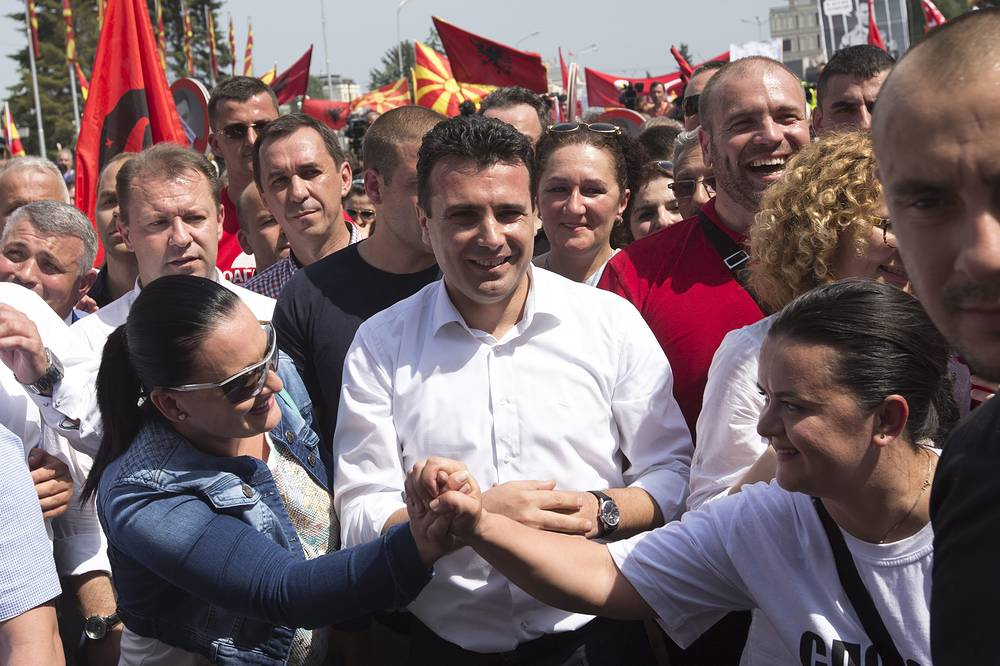 Лидер оппозиционного Социал-демократического союза Македонии Зоран Заев (на фото в центре) пообещал поддержать участников протестной акции, проведя ночь вместе с митингующими в палаточном лагере