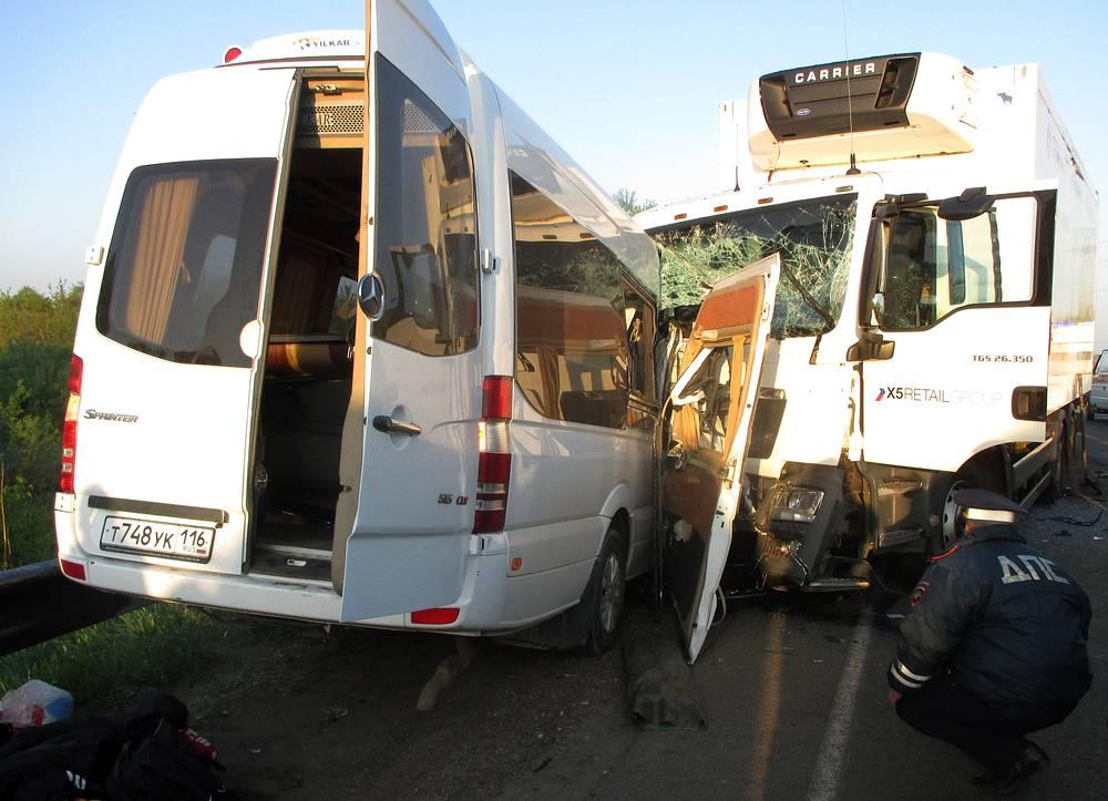 21 мая в Нижегородской области столкнулись автобус, который вез 20 человек на соревнование по карате, и грузовик. Погибли три человека, в том числе президент федерации карате Татарстана Искандер Шагин. По предварительной версии, водитель автобуса заснул за рулем