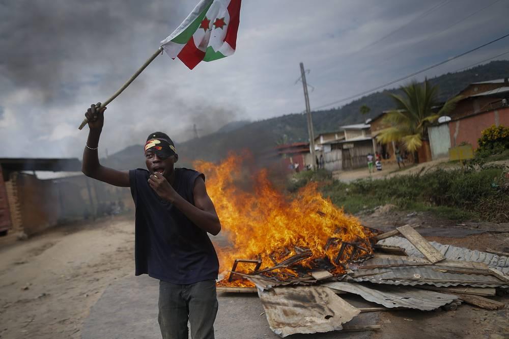 20 мая президент Бурунди Пьер Нкурунзиза на неделю отложил проведение парламентских и местных выборов в связи с политическим кризисом в стране. В подписанном им указе говорится, что голосование пройдет 2 июня. На фото: участник антиправительственных выступлений в Бурунди
