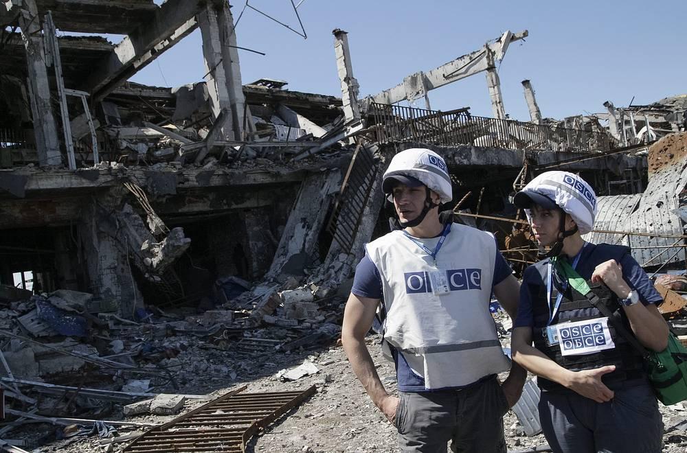 В середине января 2015 года власти провозглашенной Донецкой народной республики (ДНР) заявили, что аэропорт перешел под полный контроль ополчения. На фото: наблюдатели ОБСЕ на месте разрушенного аэропорта Донецка
