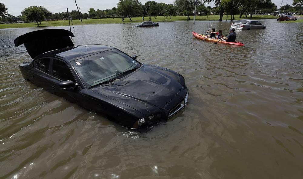 Счет подтопленных, унесенных потоками воды или просто брошенных автомобилей идет на тысячи