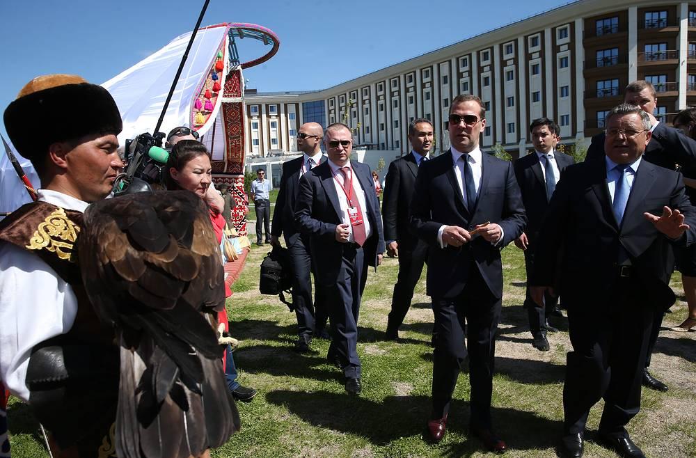 Евразийский экономический союз (ЕАЭС) и Вьетнам заключили Соглашение о зоне свободной торговли. Оно стало первым международным документом о ЗСТ между ЕАЭС и третьей стороной. На фото: премьер-министр РФ Дмитрий Медведев во время рабочего визита в Казахстан, 29 мая