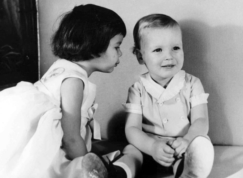 Принц Монако Альберт в возрасте 2 лет со старшей сестрой принцессой Каролиной в свой день рождения, 1960 год