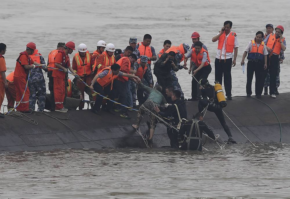 """Вечером 1 июня на реке Янцзы в районе города Цзяньли (провинция Хубэй, Центральный Китай) потерпел крушение пассажирский теплоход """"Дунфанчжисин"""" (""""Звезда Востока""""). На месте крушения судна была развернута широкомасштабная поисково-спасательная операция"""