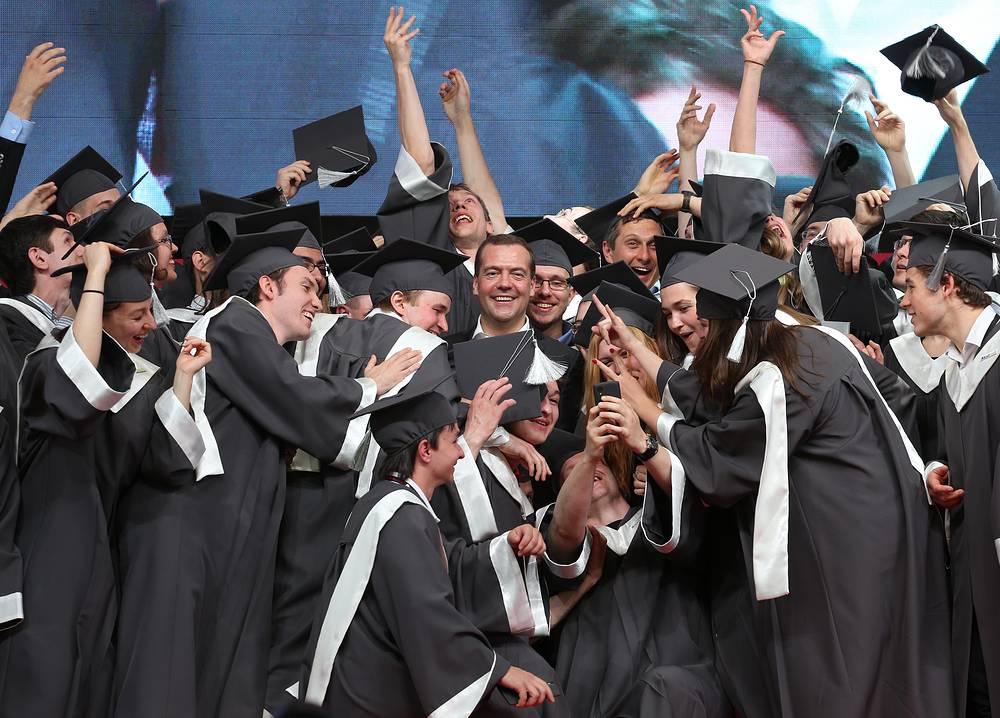 Премьер-министр РФ Дмитрий Медведев (в центре) на церемонии вручения дипломов первому выпуску Сколковского института науки и технологий на площадке Open Stage международной конференции Startup Village
