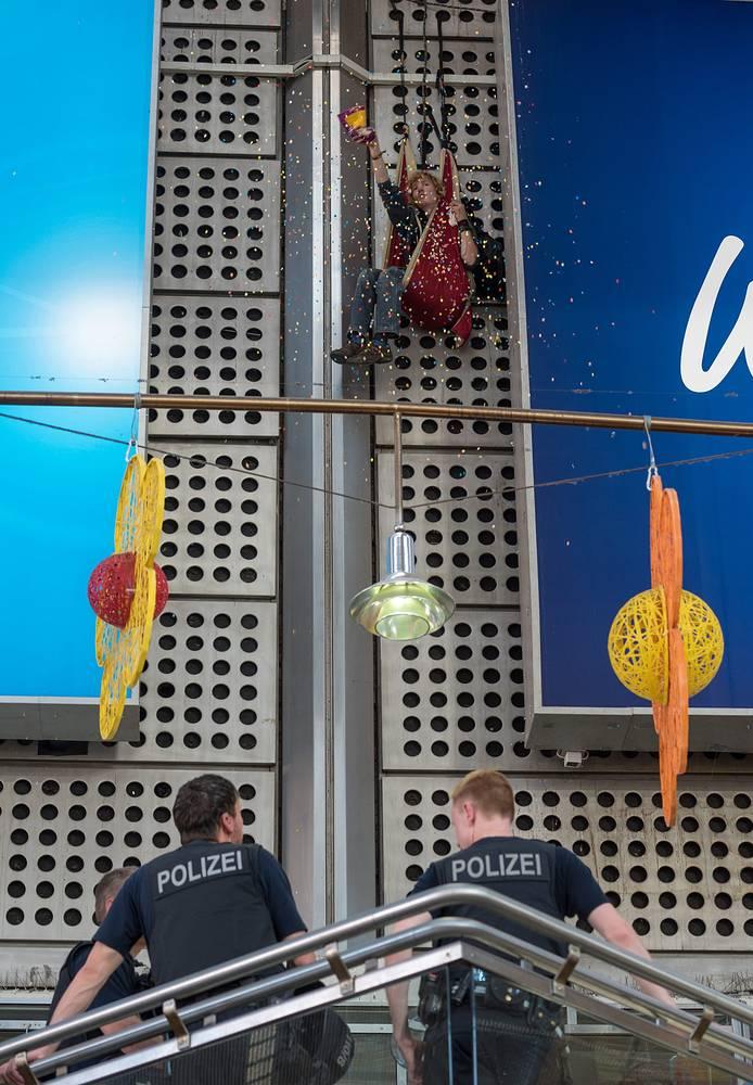 Порядок в Мюнхене обеспечивали около 3 тыс. полицейских.  На фото: демонстрант бросает конфетти на сотрудников полиции