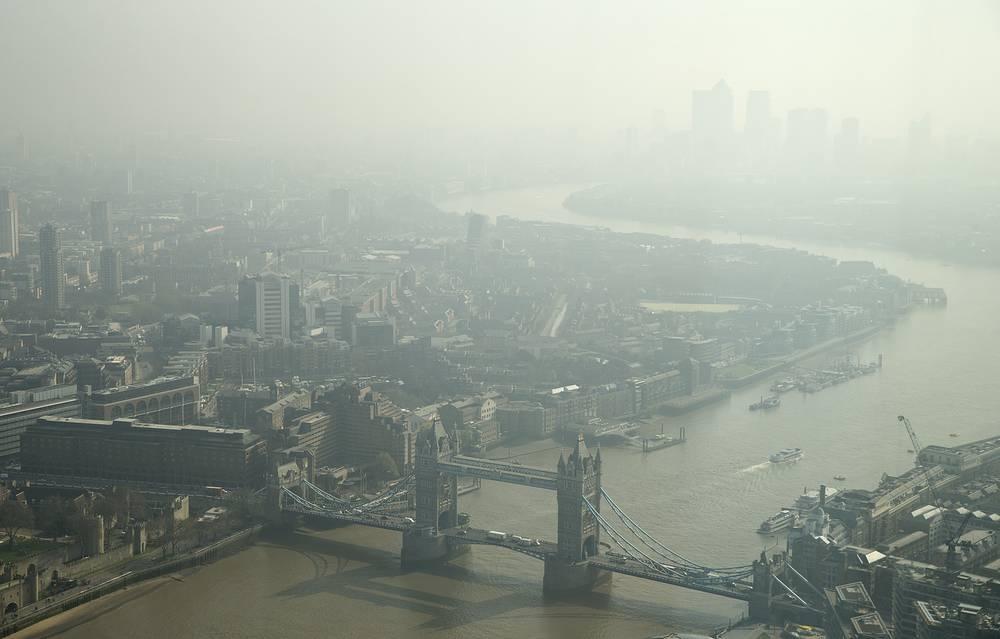 Смог в Лондоне. Чрезмерное загрязнение воздуха вредными веществами, выделенными в результате работы промышленных производств и транспорта, является серьезной проблемой во многих мегаполисах мира