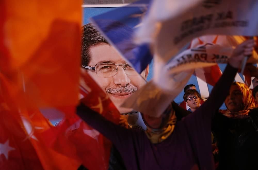 Правящая Партия справедливости и развития, лидером которой сейчас является премьер-министр Турции Ахмет Давутоглу, получила 256 кресел в 550-местном меджлисе. Чтобы получить статус правящей и в одиночку сформировать правительство партии нужно было занять не менее 276 кресел. На фото: сторонники партии с портретом Давутоглу