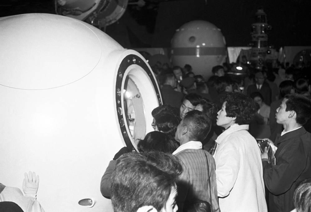 Советский павильон посетили свыше 20 млн человек. На фото: посетители в павильоне СССР