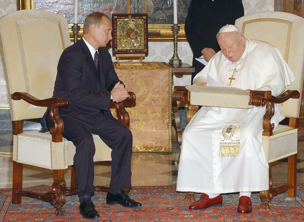 5 июня 2000 г. и 5 ноября 2003 г. Путин встречался с Иоанном Павлом II. На фото: президент РФ и папа римский в библиотеке личных покоев Апостольского дворца в Ватикане