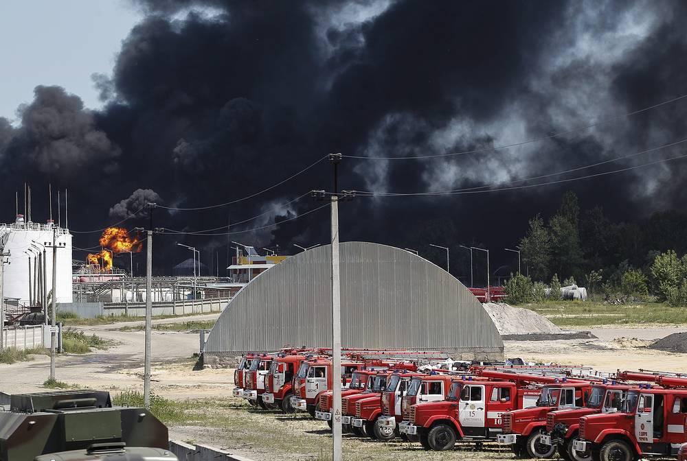 8 июня в Васильковском районе Киевской области произошел крупный пожар на нефтебазе. ЧП унесло жизни четырех человек, один пропал без вести, 13 человек пострадали