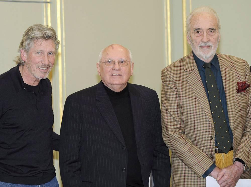 """Кристофер Ли, экс-президент СССР Михаил Горбачев и основатель группы Pink Floyd Роджер Уотерс на пресс-конференции фонда """"Кино ради мира"""" в Берлине. 2009 год"""