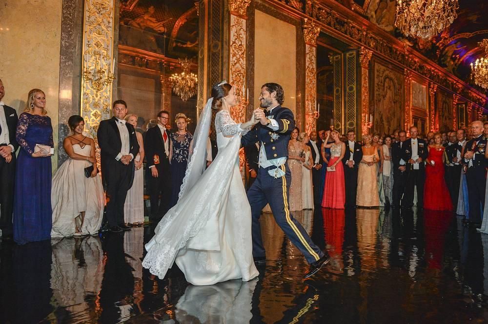 Танец принца Швеции Карла Филиппа и Софии Хельквист во время церемонии бракосочетания
