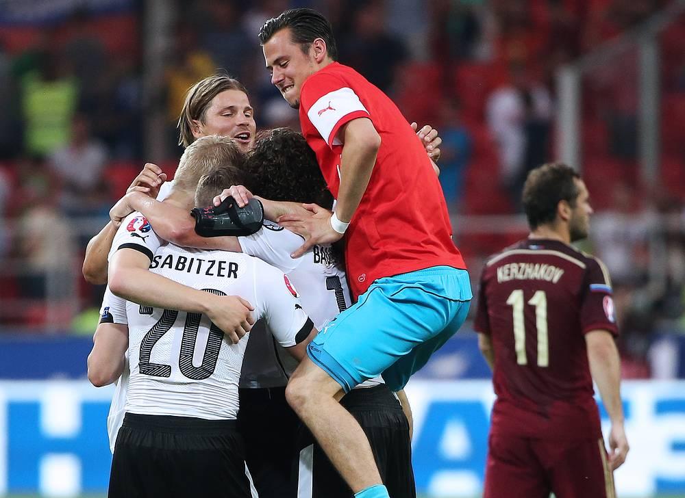 Радость игроков сборной Австрии после победы над российской командой. Подопечные Марселя Коллера в шести матчах одержали пять побед и один раз сыграли вничью