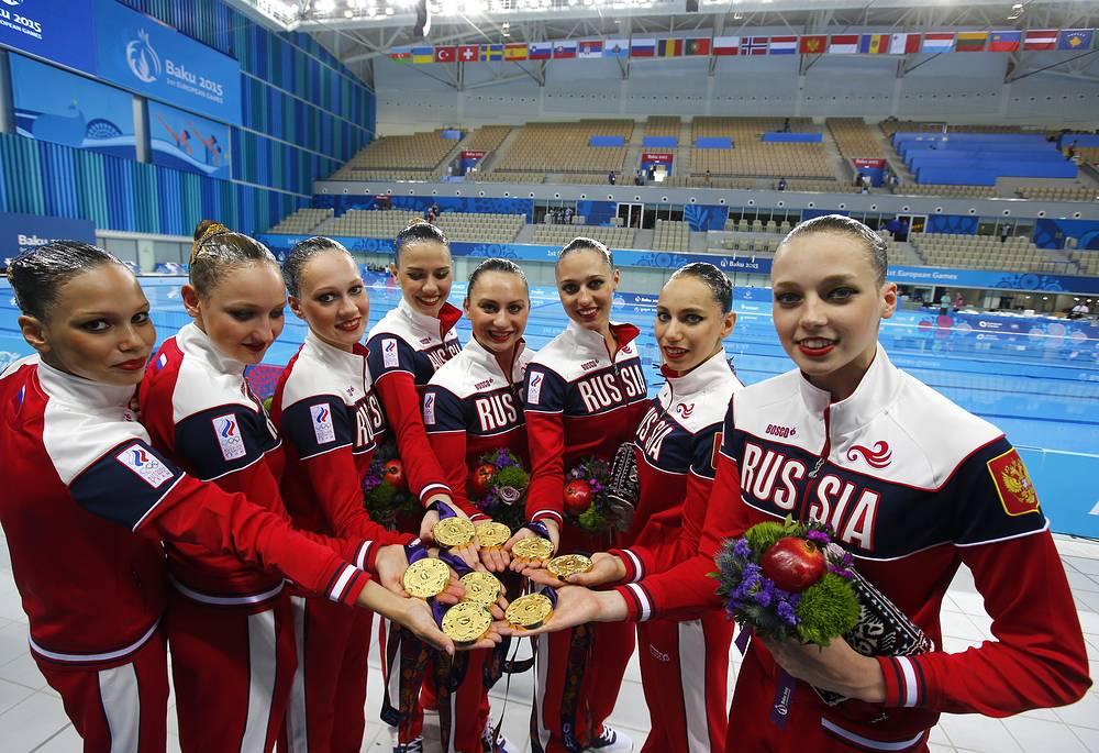 Представительницы сборной России, завоевавшие золотые медали в командных соревнованиях по синхронному плаванию