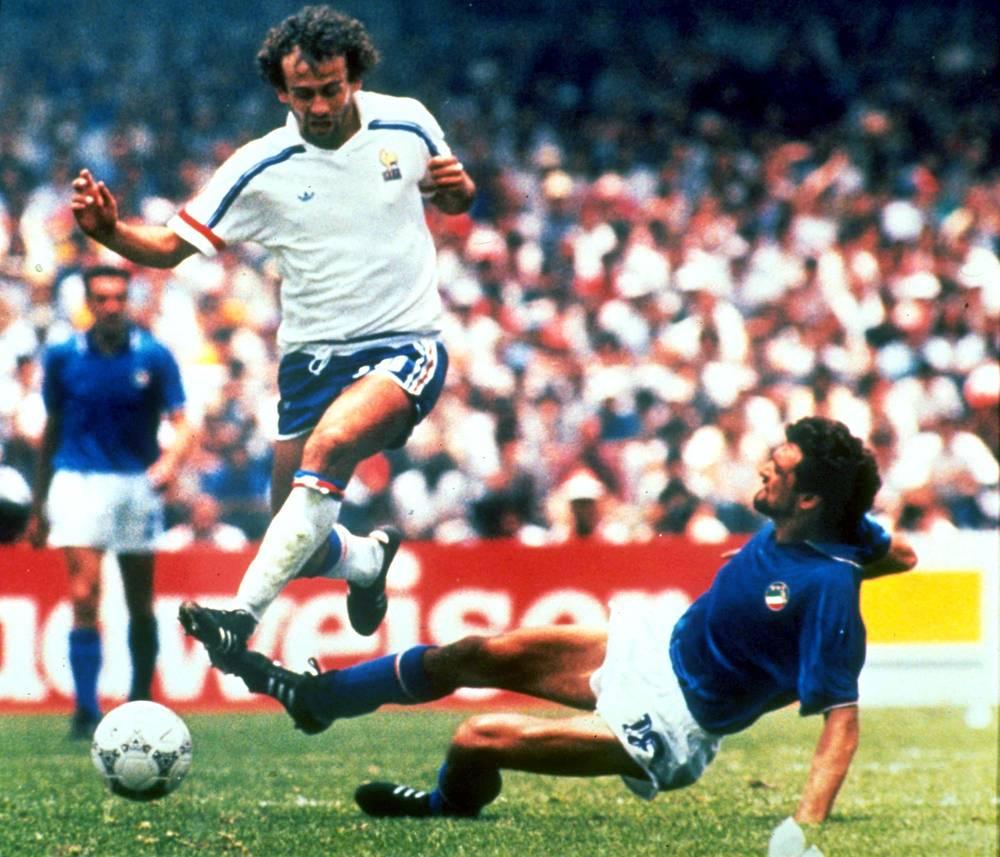 Он выступал за сборную Франции на трех чемпионатах мира, дважды доходя с ней до стадии 1/2 финала (На фото - во время матча против команды Италии на ЧМ-1986)