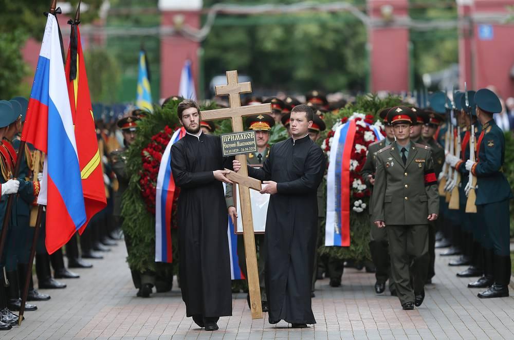 Церемония похорон политика Евгения Примакова на Новодевичьем кладбище