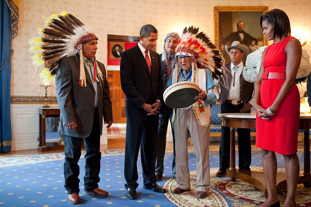 Барак Обама и его супруга Мишель на церемонии вручения Президентской медали Свободы в Голубой комнате Белого дома, 12 августа 2009 года