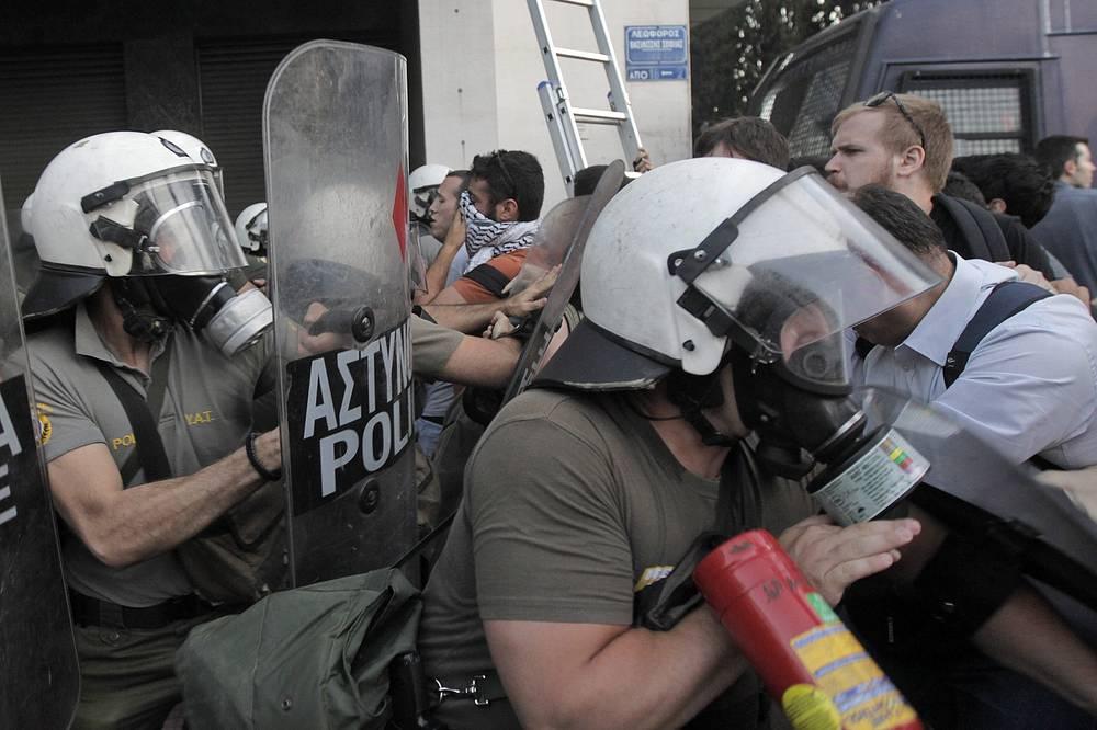 Таким образом, Греция стала первой страной с развитой экономикой, не выполнившей свои финансовые обязательства перед МВФ.  На фото: митинг в Афинах в преддверии проведения референдума по предложениям кредиторов